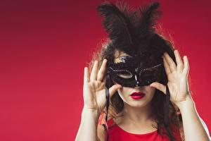 壁纸、、仮面、羽毛、赤の背景、手、、