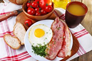 Fotos Fleischwaren Brot Tomate Saft Schinkenspeck Frühstück Spiegelei Tasse