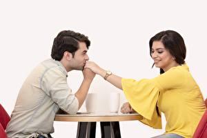 Hintergrundbilder Mann Paare in der Liebe 2 Sitzend Kuss Lächeln indian Mädchens