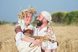 Bilder Mann Felder Weizen Zwei Lachen Fröhliches Barthaar Kranz Mädchens
