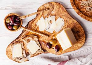 Fotos & Bilder Oliven Käse Brot Schneidebrett Geschnitten Lebensmittel