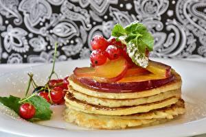 Fotos Eierkuchen Honig Johannisbeeren Blatt das Essen