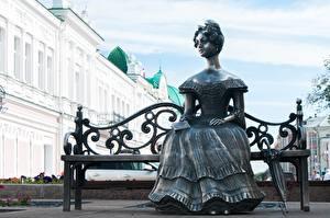 Bilder Skulpturen Russland Bank (Möbel) Regenschirm Sitzend Kleid Lyuba sculpture, Omsk Städte