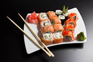 Bilder Meeresfrüchte Sushi Fische - Lebensmittel Reis Caviar Grauer Hintergrund Teller Essstäbchen das Essen