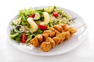 Fotos Schaschlik Salat Gemüse Weißer hintergrund Teller Lebensmittel