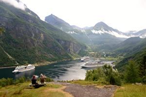 Bilder Schiff Kreuzfahrtschiff Gebirge Norwegen Bank (Möbel) Gras Sitzend Geirangen, Fjord Natur