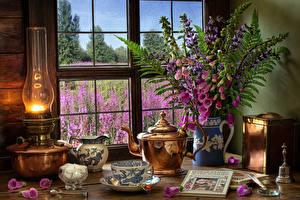 Fotos Stillleben Petroleumlampe Sträuße Fingerhüte Pfeifkessel Tasse Zucker Buch Kannen Fenster das Essen Blumen