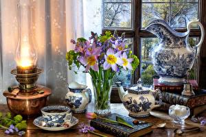 Bilder Stillleben Petroleumlampe Sträuße Tee Tulpen Wasserkessel Krüge Vase Tasse Bücher Zucker das Essen