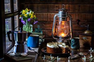 Hintergrundbilder Stillleben Petroleumlampe Torte Pfeifkessel Schneeglöckchen Narzissen Becher Vase Brille das Essen