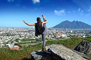 Fonds d'écran Pierres Yoga Exercice d'étirement Aux cheveux bruns Sport Filles