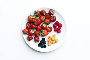 Bilder Erdbeeren Himbeeren Brombeeren Weißer hintergrund Teller das Essen