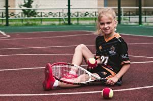 Fonds d'écran Tennis Ballon Petites filles Sourire S'asseyant Uniforme Enfants