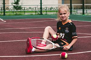 Hintergrundbilder Tennis Ball Kleine Mädchen Lächeln Sitzt Uniform Kinder