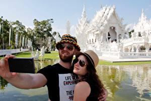 Fotos Thailand Tempel Mann Selfie Zwei Der Hut Brille Umarmung White temple Städte