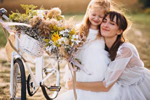 Hintergrundbilder 2 Braune Haare Braut Kleine Mädchen Umarmen Fahrräder junge frau Kinder