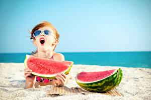 Bilder Wassermelonen Strände Kleine Mädchen Brille Kinder