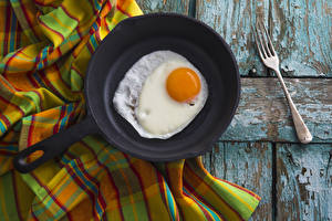 Pictures Wood planks Frypan Fried egg Fork Food