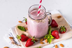 Fotos Joghurt Erdbeeren Schalenobst Schneidebrett Becher