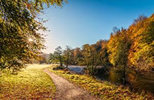 Hintergrundbilder Herbst Flusse England Gras Weg Lichtstrahl River Wharfe, Yorkshire Natur