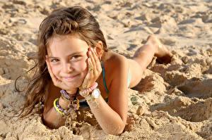 Fotos Strände Kleine Mädchen Starren Lächeln Hand Sand Braune Haare Kinder