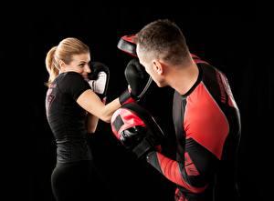 Bakgrunnsbilder Boksing En mann Fysisk trening To 2 Svart bakgrunn Hansker Unge_kvinner