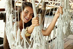 Fotos & Bilder Braunhaarige Lächeln Hand Blick Hängematte Mädchens