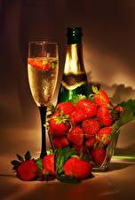 Bilder Champagner Erdbeeren Flaschen Weinglas Lebensmittel
