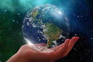 Desktop hintergrundbilder Hautnah Planeten Hand Erde Globus South America