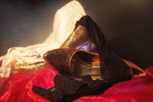 Bilder Hautnah High Heels Nylonstrumpf Gold Farbe