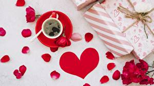 Hintergrundbilder Kaffee Valentinstag Herz Blütenblätter Tasse Untertasse Geschenke Blumen