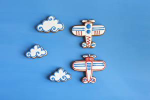 Hintergrundbilder Kekse Flugzeuge Farbigen hintergrund Design Wolke das Essen