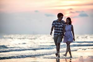 Fotos & Bilder Paare in der Liebe Asiatische Mann Meer Strand Spaziergang Zwei Brille Spritzer Mädchens