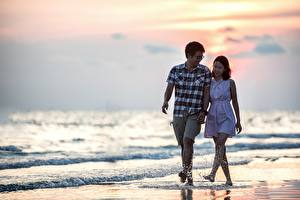 Photo Lovers Asian Men Sea Beach Stroll 2 Glasses Water splash Dating young woman