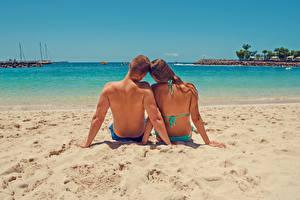 Hintergrundbilder Paare in der Liebe Mann Meer Strand Sand Hinten Zwei Sitzend Rücken Erholung junge frau