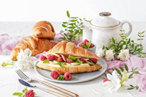 Bilder Croissant Himbeeren Pfeifkessel Messer Teller Gabel das Essen