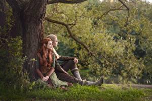 Fonds d'écran Elfes Homme Le Hobbit Assise Herbe Le tronc Cosplayers Mec Legolas Tauriel LuckyStrikeCosplay Filles