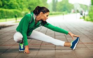 Fotos & Bilder Fitness Dehnübungen Bein Sitzend Sport Mädchens