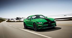 Bilder Ford Grün Fährt Strips Fastback 2018 Mustang GT auto