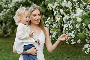 Fonds d'écran Jardins La floraison des arbres Mère Deux Petites filles Filles Enfants images