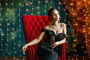 Bilder Sitzen Sessel Glamour Kleid Weinglas Dekolletee George Dyakov junge frau