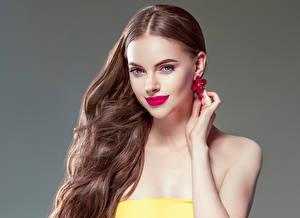 Fonds d'écran Fond gris Aux cheveux bruns Lèvres rouges Cheveux Boucle d'oreille Main Beau jeune femme