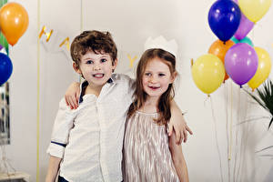 Hintergrundbilder Feiertage 2 Jungen Kleine Mädchen Umarmt Luftballons Kinder