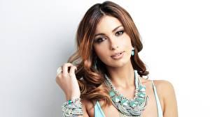 Fotos Schmuck Halskette Braune Haare Starren Schöne Grauer Hintergrund Shiralee Coleman Mädchens