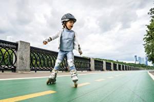 Hintergrundbilder Kleine Mädchen Helm Rollschuh Uniform Zaun kind