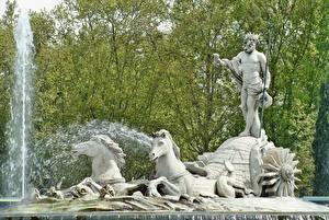 Bilder Madrid Spanien Springbrunnen Skulpturen Pferd Mann Krone Neptune Städte