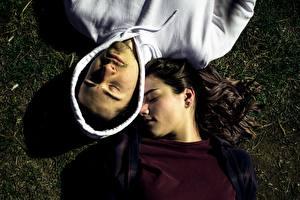 Bilder Mann Paare in der Liebe 2 Hinlegen Von oben Brünette Kapuze Schlafen junge Frauen