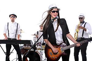 Fotos Musikinstrumente Weißer hintergrund Brünette Der Hut Brille Gitarre Mikrofon junge Frauen