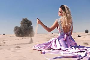 Fotos Sand Blond Mädchen Kleid Sitzend Strand Hand Mädchens