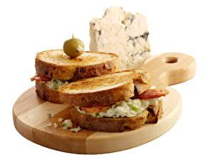 Фотография Сэндвич Хлеб Сыры Оливки Белом фоне Разделочной доске