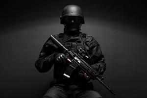 Photo Soldiers Military war helmet Assault rifle Gray background Uniform military